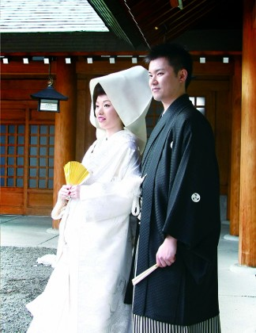 『本殿』にて神様の前で永遠の愛を誓う、白無垢の花嫁と紋付羽織袴姿の花婿。参列者も背筋が伸びる、厳格な神前結婚式です