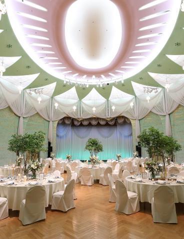 6075aab04c129 和装もしっくりと馴染む中庭でのガーデン挙式、天井高9mの開放的な会場『ゴールドルーム』でのパーティーが人気